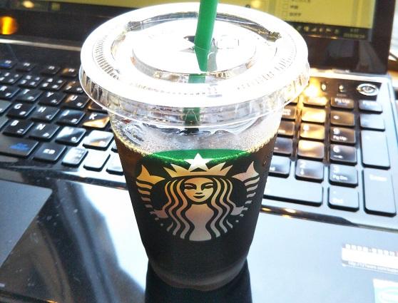 スタバのドリップコーヒーは濃い。だからアイスで飲む